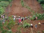 warga-mencari-korban-longsor-di-dukuh-mobok-suryani-desa-begawat-kabupaten-tegal.jpg