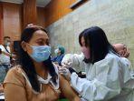 warga-mengikuti-vaksinasi-covid-19-di-sentra-vaksinasi-balai-kota-semarang-selasa-2482021.jpg