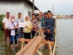 warga-timbulsoko-menerima-bantuan-rp-85-juta-dari-donatur-untuk-membangun-akses-jalan-dusun.jpg
