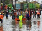 warga-trimulyo-genuk-kota-semarang-menembus-banjir-membawa-jenazah.jpg