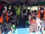 wisatawan-di-waduk-sempor-kebumen-mengenakan-jaket-pelampung-saat-naik-perahu-jumat-2152021.jpg