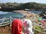 wisatawan-menikmati-keindahan-salah-satu-pantai-di-gunungkidul-yogyakarta.jpg