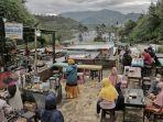 wisatawan-menikmati-kuliner-di-kampung-sikunir-kabupaten-wonosobo-minggu-2692021.jpg