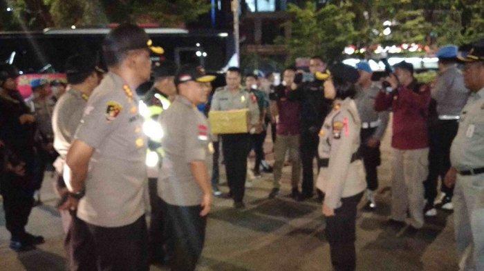 Pantau Pengamanan Tahun Baru 2020 di Batam, Kapolda Kepri Beri Hadiah ke Prajurit TNI