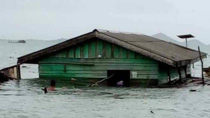 Foto-foto Pohon Tumbang hingga Rumah Warga di Lingga Roboh dan Terseret ke Laut