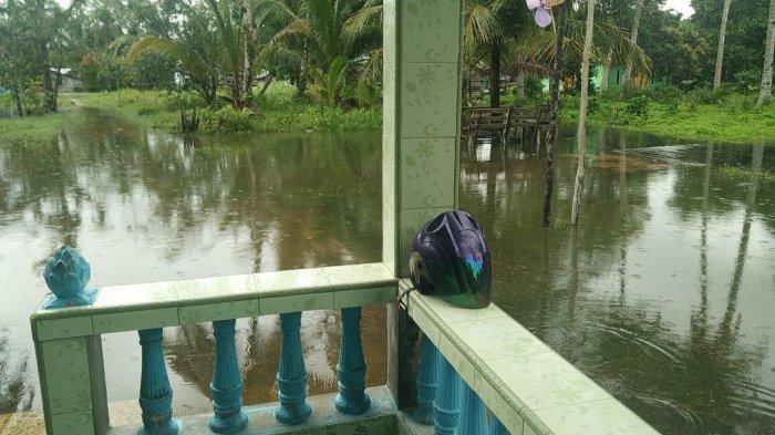 Salah satu rumah warga yang terendam banjir akibat air laut naik di Kampung Suak Rasau, Desa Sungai Buluh, Kecamatan Singkep Barat, Kabupaten Lingga, Jumat (1/1/2021)