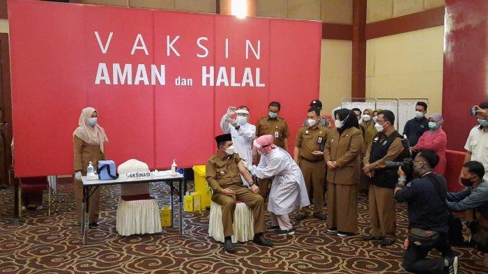 Reaksi Gubernur Kepri Ansar Ahmad saat Divaksinasi Corona hingga Angkat 2 Jempol