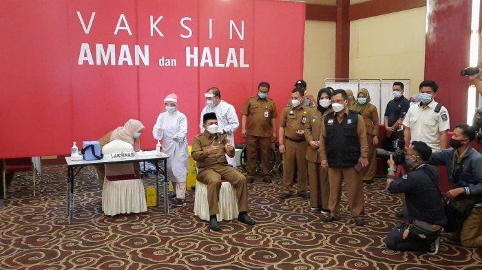 Gubernur Kepri, Ansar Ahmad mengangkat dua jempol setelah disuntik vaksin corona di Aula Kantor Gubernur, Dompak Tanjungpinang, Senin (1/3/2021)