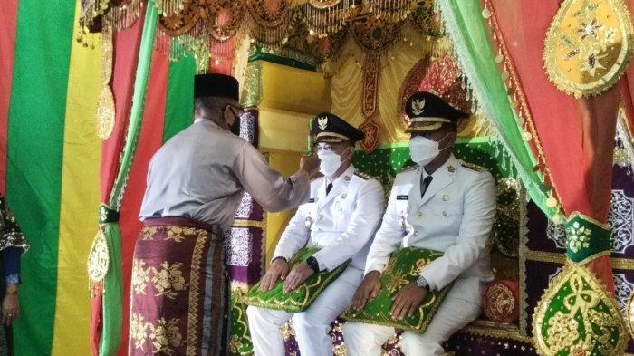 Kegiatan tepuk tepung tawar yang diikuti oleh Muhammad Nizar dan Neko Wesha Pawelloy sebagai Bupati Lingga dan Wakil Bupati Lingga, Senin (1/3/2021)