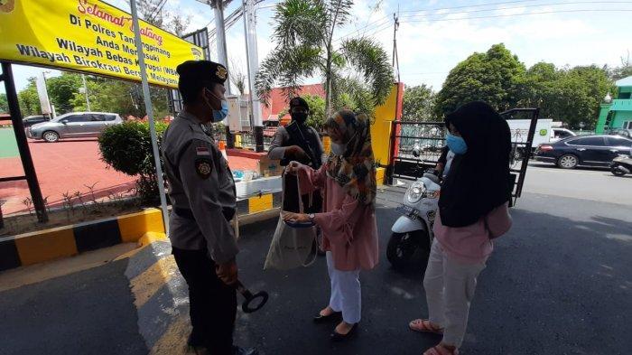 Polisi bersenjata lengkap terlihat sedang melakukan pemeriksaan di pintu gerbang masuk Mapolres Tanjungpinang, Kamis (1/4/2021)