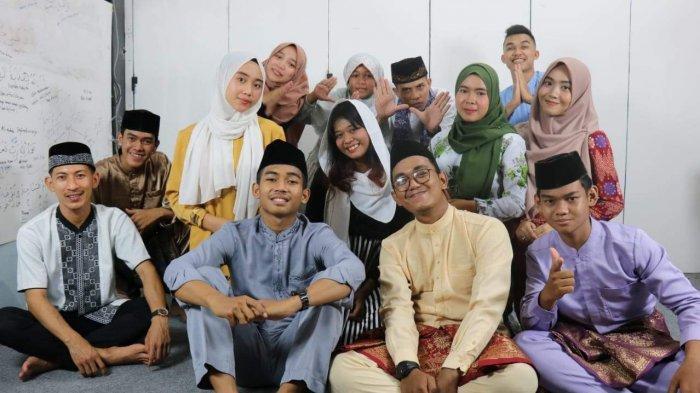 Foto Anggit Dero bersama komunitas Samalayar saat melakukan produksi lagu Ramadhan Kurangi Rebahan