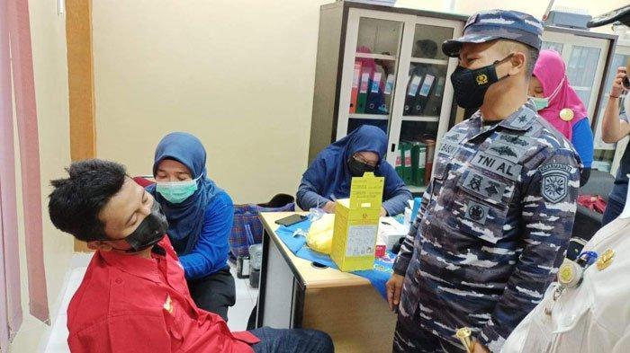 Danlanal TBK Letko Laut (P) Puji Basuki, saat meninjau salah satu pekerja yang disuntik vaksin covid-19 di perusahaan PLTU, pada Kamis (1/7/2021).