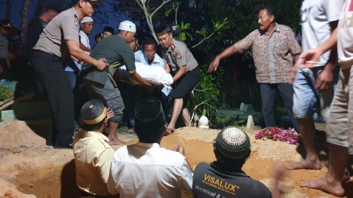 Kapolres Karimun AKBP Hengky Pramudya Ikut Angkat Jenazah Surja Korban Kebakaran KM Sembilang