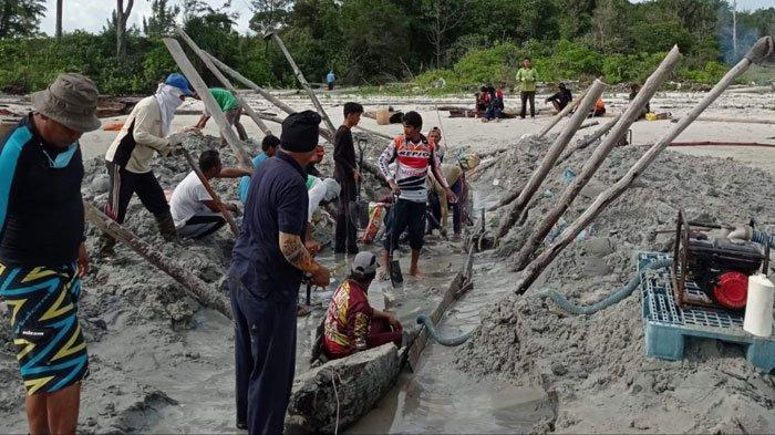 Tim Dinas Kebudayaan Lingga bersama Arkeolog Sumatera Utara dan masyarakat setempat menggali perahu diduga cagar budaya di Pantai Sebangka, Kecamatan Senayang, Kabupaten Lingga, Kamis (26/8/2021)