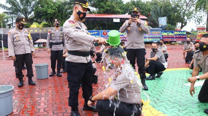Kabag Ops Polres Karimun Ricky Firmansyah, kini naik pangkat menjadi komisaris polisi, Jumat (1/1/2021). Selain Ricky, ada 53 personel lainnya di Polres Karimun naik pangkat hari itu. Kenaikan pangkat ditandai siraman air bunga