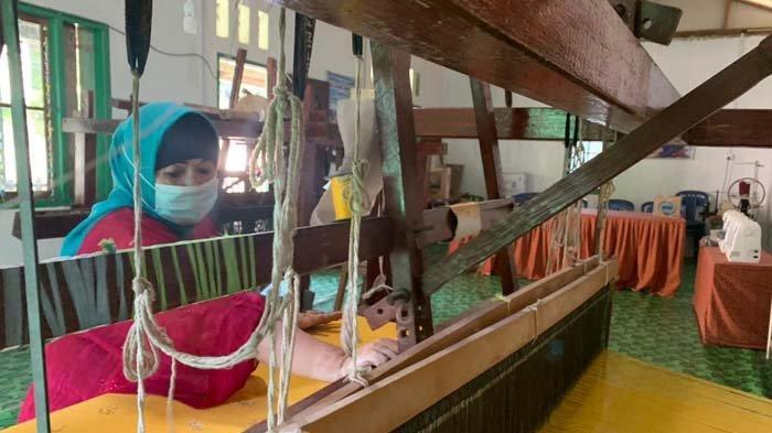Bangga Buatan Indonesia, Isye Berjuang Lestarikan Tenun Mak Eteh Kepulauan Anambas
