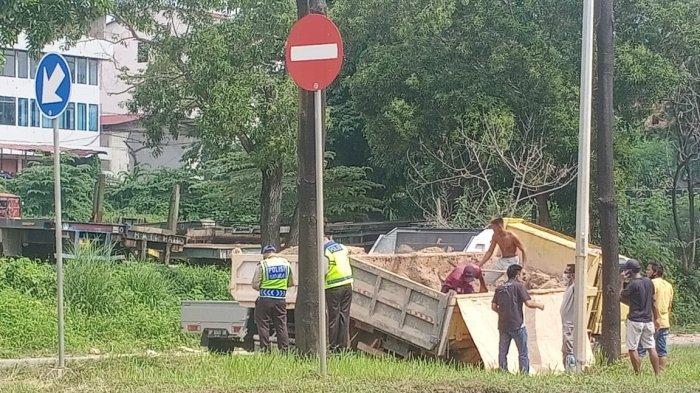 Kecelakaan di Batam - Lori Pasir Oleng, Tabrak Pembatas di Jalan Yos Sudarso