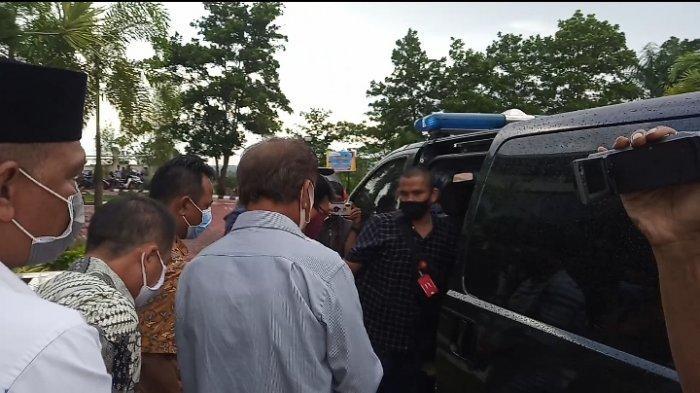 Sejumlah tersangka kasus dugaan korupsi izin tambang di Kepri dikawal petugas saat akan masuk ke mobil tahanan, Rabu (2/9/2020). Dari Kantor Kejati Kepri mereka dibawa ke Rutan Tanjungpinang