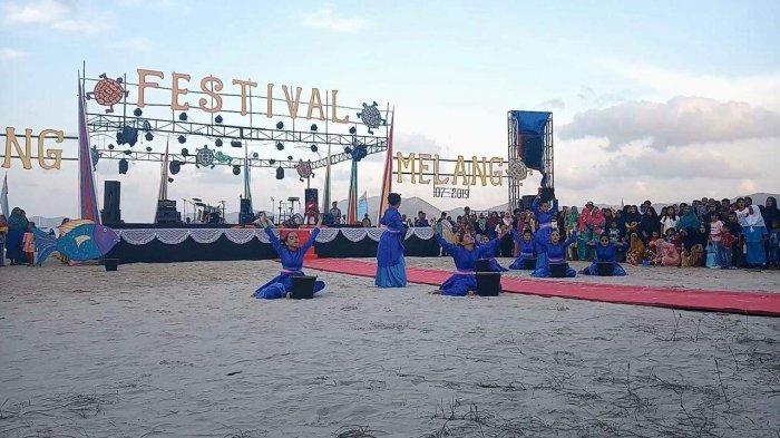 Terinspirasi dari mata pencaharian masyarakat Jemaja, tepatnya di sepanjang Pantai Padang Melang yaitu mencari gonggong-- Festival Padang Melang