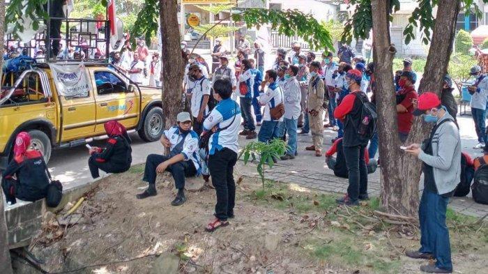 TOLAK OMNIBUS LAW - Penolakan terhadap UU Omnibus Law Cipta Kerja masih terus didengungkan oleh kaum buruh di Kota Batam, khususnya yang tergabung dalam Konfederasi Serikat Pekerja Metal Indonesia (FSPMI) Batam.