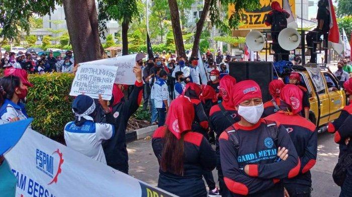 Demo Buruh di Graha Kepri Batam, Tolak Omnibus Law, UU Cipta Kerja & Edaran Menaker Soal UMK
