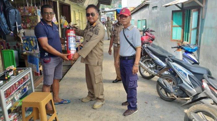 Kasatpol PP Anambas Antisipasi Kebakaran, Berikan Alat Pemadam Api Ringan ke Warga