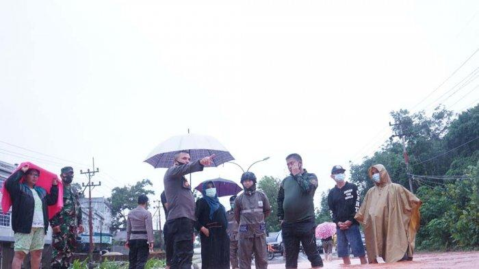 Wali Kota Tanjungpinang, Rahma bersama jajaran FKPD saat meninjau lokasi banjir dan memberi semangat maupun bantuan kepada korban, Sabtu (02/01/2021)