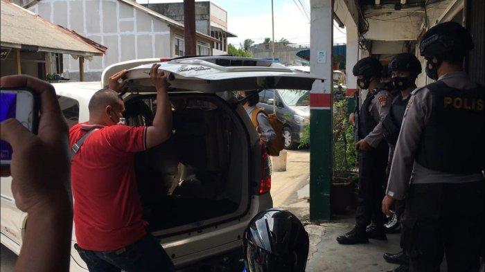 Penyidik KPK Bawa Satu Koper dari Gudang CV Three Star Bintan, Penggeledahan Belum Selesai
