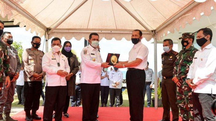 Gubernur Kepri Ansar Ahmad meresmikan pungutan perdana jasa labuh jangkar Lay Up penerimaan daerah Provinsi Kepri di wilayah labuh jangkar perairan Galang Kota Batam, Rabu (3/3/2021)