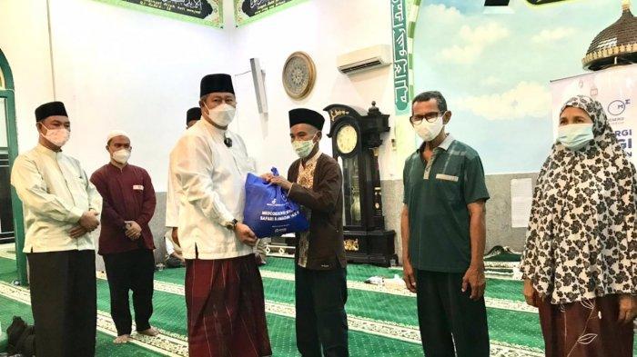 Foto Bupati Kepulauan Anambas Abdul Haris serahkan bantuan dari Medco E&P Natuna Ltd secara simbolis ke mustahik. Bantuan yang disalurkan ini sebanyak 1.550 paket yang diserahkan di Masjid Besar Baiturrahim Tarempa, Kecamatan Siantan.