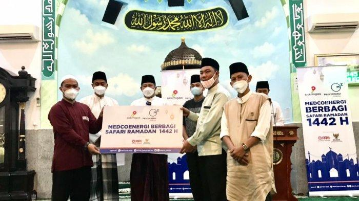Bupati Abdul Haris Serahkan Bantuan Sembako Dari Medco dengan Laznas PPPA & BAZNAS Anambas