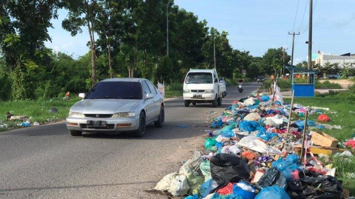 Jalan Kavling Baru, Sungai Langkai, Sagulung tampak dipenuhi sampah yang bertebaran. Sampah itu didominasi sampah rumah tangga.