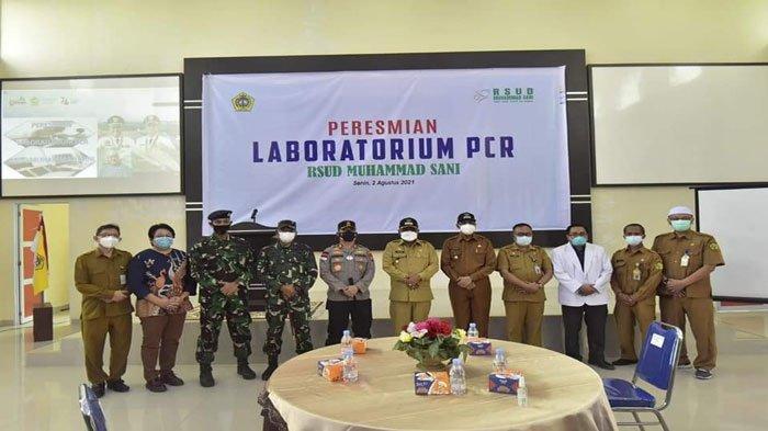 Foto bersama seusai peresmian laboratorium PCR di RSUD Muhammad Sani Karimun, Senin (2/8/2021)