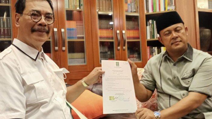SOERYA RESPATIONO - Calon Gubernur Kepri Soerya Respationo bersama Iman Sutiawan memperlihatkan salah satu berkas untuk pendaftaran KPU, Kamis (3/9/2020). Mereka sudah mempersiapkan diri untuk mengikuti debat Pilkada Kepri.
