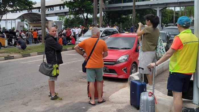 Tourists Running in Fear, Online and Conventional Taxi Driver Had Conflict Again