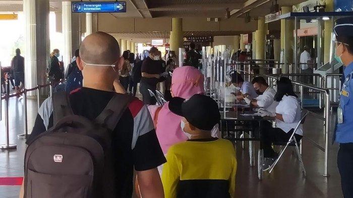 Suasana orang di Terminal Keberangkatan Bandara Hang Nadim Batam, Sabtu (2/1/2021)