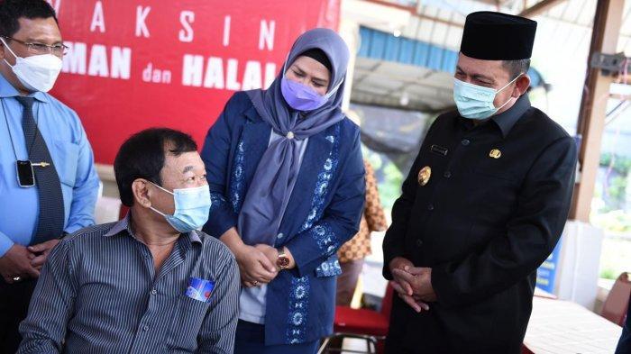 Gubernur Kepri Ansar Ahmad meninjau pelaksanaan vaksinasi corona didampingi Wakil Ketua DPRD Provinsi Kepri Dewi Komalasari, serta pejabat lainnya, Kamis (4/3/2021)