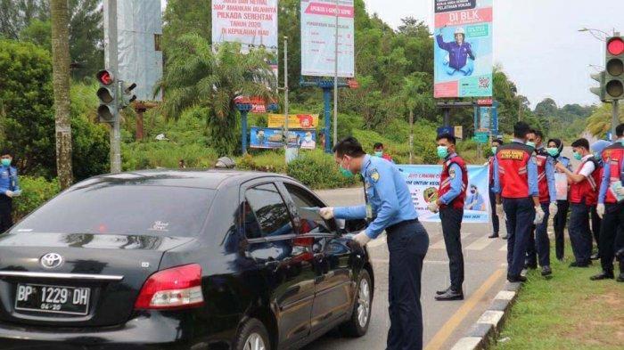Prevent Covid-19, Batam's Avsec of Hang Nadim Airport Distributes 300 Masks for Riders