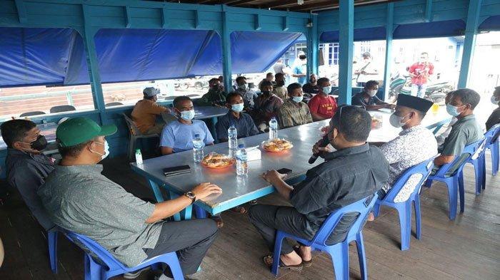 Nelayan berkumpul di tempat pertemuan saat Pemkab Anambas menyerahkan bantuan