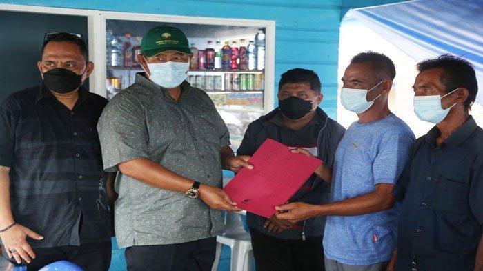 Bupati Kepulauan Anambas Abdul Haris dan Wakil Bupati Kepulauan Anambas Wan Zuhendra serahkan bantuan kepada nelayan di Desa Sri Tanjung, Kecamatan Siantan.