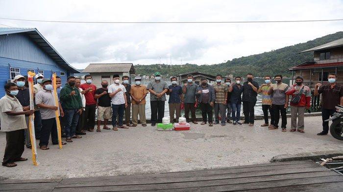 Bupati Kepulauan Anambas Abdul Haris dan Wakil Bupati Kepulauan Anambas Wan Zuhendra serahkan bantuan alat tangkap kepada nelayan di Desa Sri Tanjung, Kecamatan Siantan