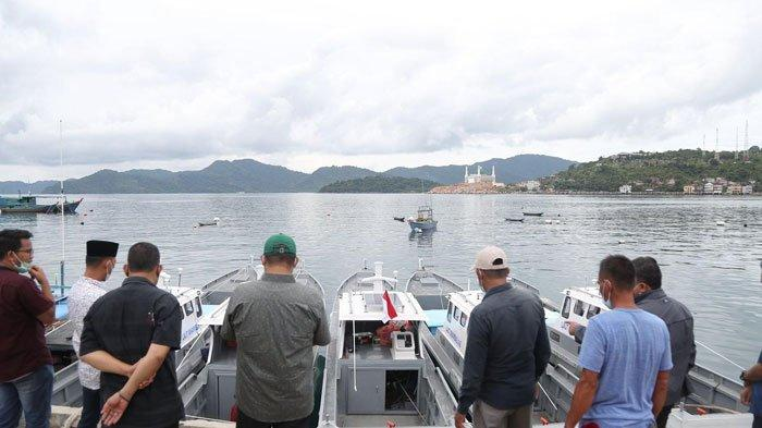 Bupati Kepulauan Anambas Abdul Haris dan Wakil Bupati Kepulauan Anambas Wan Zuhendra serahkan bantuan alat tangkap kepada nelayan di Desa Sri Tanjung, Kecamatan Siantan.