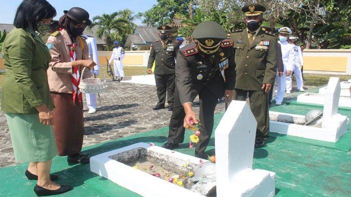 HUT ke-76 TNI, Kodim 0317/TBK Ziarah ke Makam Pahlawan
