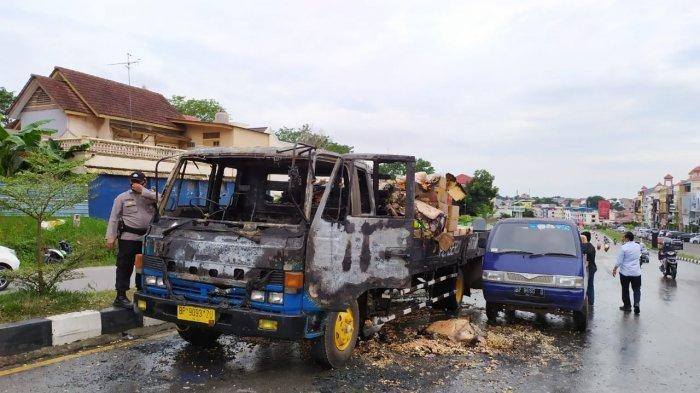 DIDUGA Korsleting Bagian Mesin, Truk Pembawa 220 Kardus Makanan RinganTerbakar di Batam