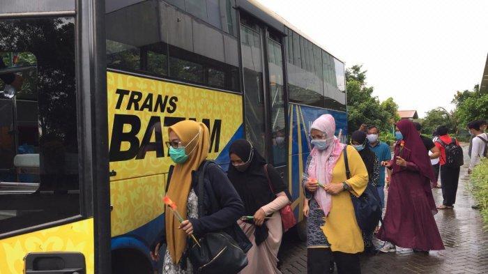 PASIEN SEMBUH CORONA - Pemulangan pegawai BPKAD Batam setelah dinyatakan sembuh Covid-19 dari gedung Bapelkes. Mereka dijemput Bus Trans Batam, Rabu (4/11/2020).