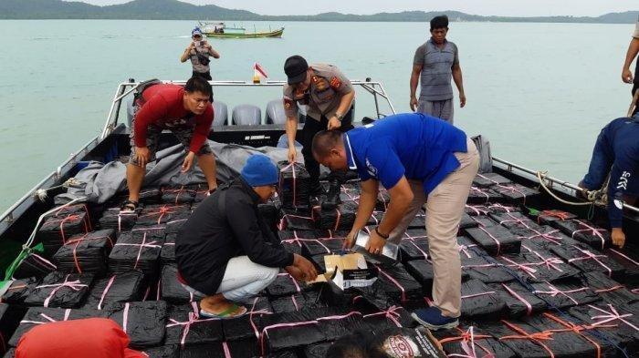 Detik-detik Polisi Sergap Kapal Penyelundup Miras dari Batam, Beberapa Kali Ditembak Dari Udara