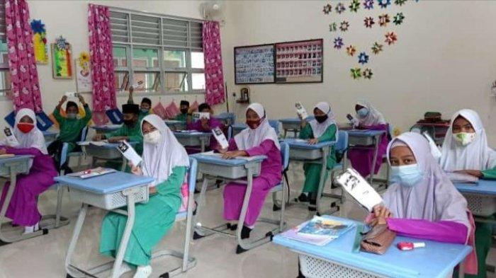 Murid di SDN 003 Tarempa Anambas belajar tatap muka di hari pertama masuk sekolah, Jumat (5/2/2021).