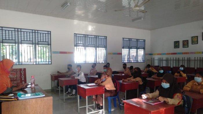 Pemberlakuan protokol kesehatan saat pembelajaran tatap muka tingkat SMPN di Sagulung Batam minggu pertama.