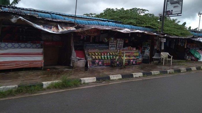 Lapak pedagang di Simpang Barelang. Ratusan pedagang enggan pindah meskipun sudah menapatkan surat peringatan pertama.