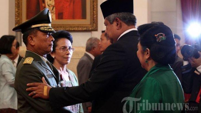 Presiden RI, Susilo Bambang Yudhoyono bersama Ibu Negara, Ani Yudhoyono memberikan selamat kepada Kepala Staf Angkatan Darat (KSAD) yang baru, Letjen TNI Moeldoko (kiri) usai pelantikan di Istana Negara, Jakarta Pusat, Rabu (22/5/2013). Letjen TNI Moeldoko menggantikan pejabat lama, Jenderal TNI Pramono Edhie Wibowo yang memasuki masa pensiun. (FOTO DOKUMENTASI).